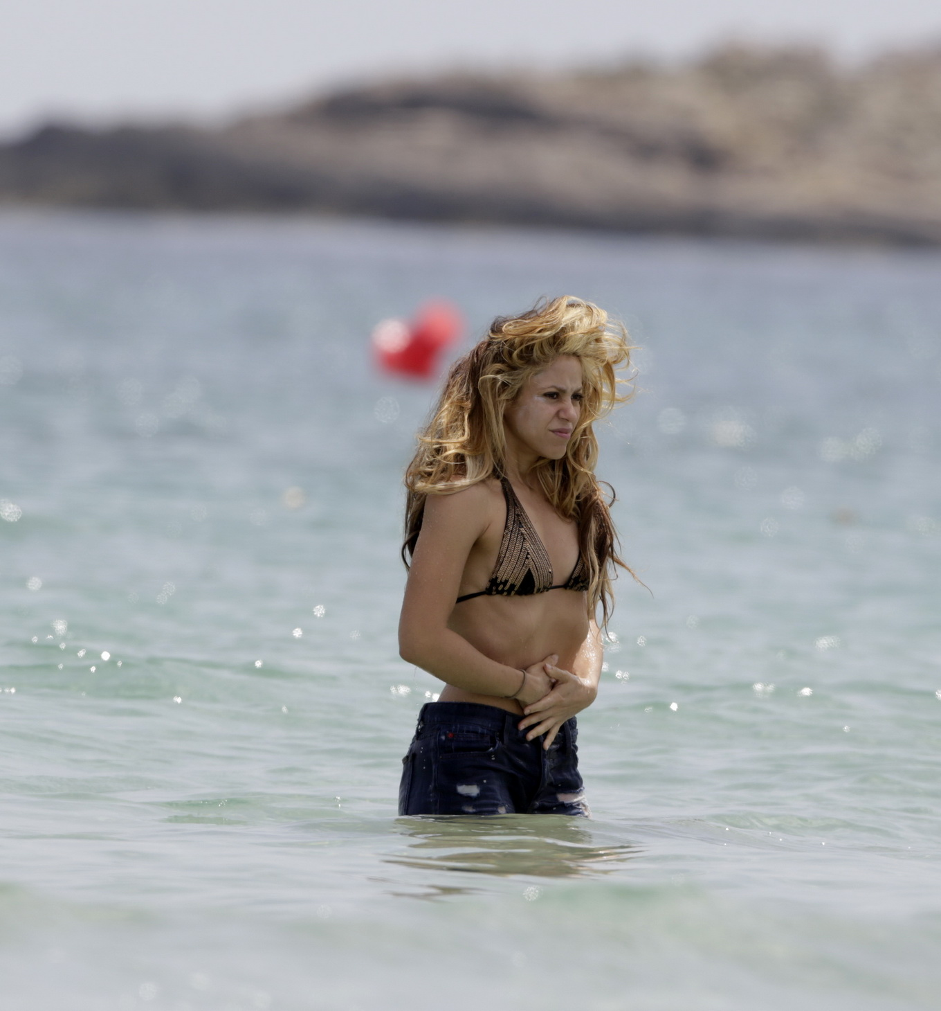 shakira showing off her hot bikini body at the beach in i a